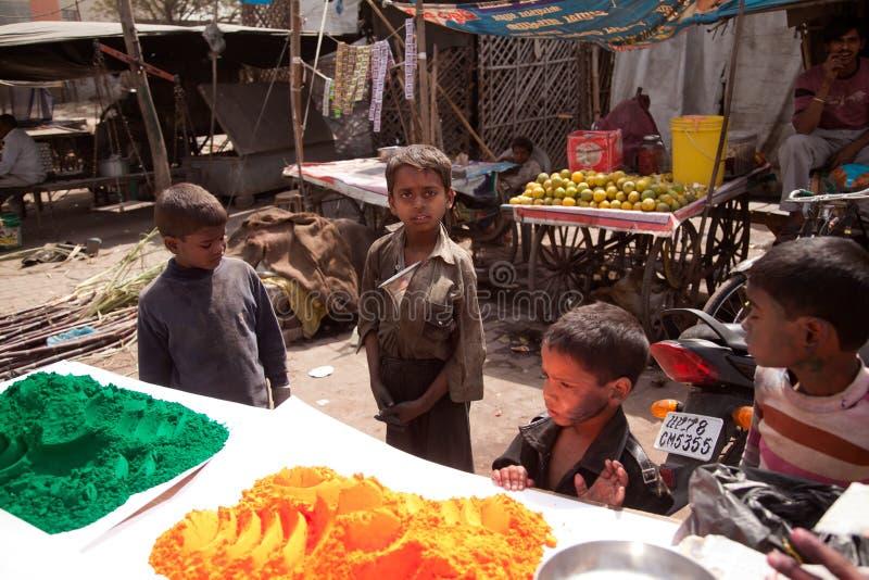 Niños pobres indios y colores completos del color del holi imagen de archivo libre de regalías
