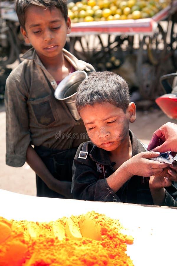 Niños pobres indios y colores completos del color del holi imágenes de archivo libres de regalías