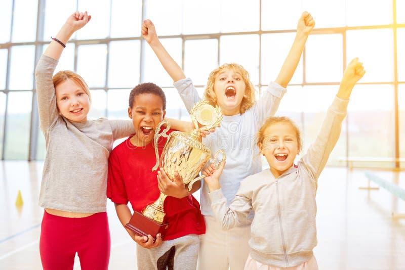 Niños que animan como ganadores después de la competencia imagen de archivo