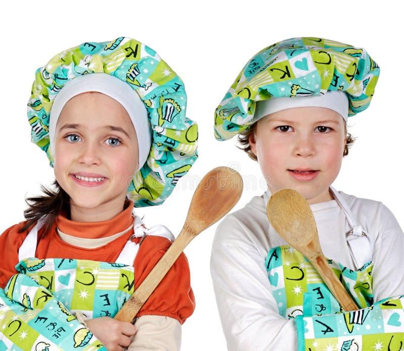 Niños que aprenden cocinar imagen de archivo libre de regalías