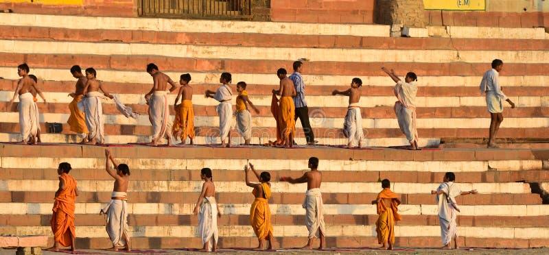 Niños que aprenden yoga fotos de archivo