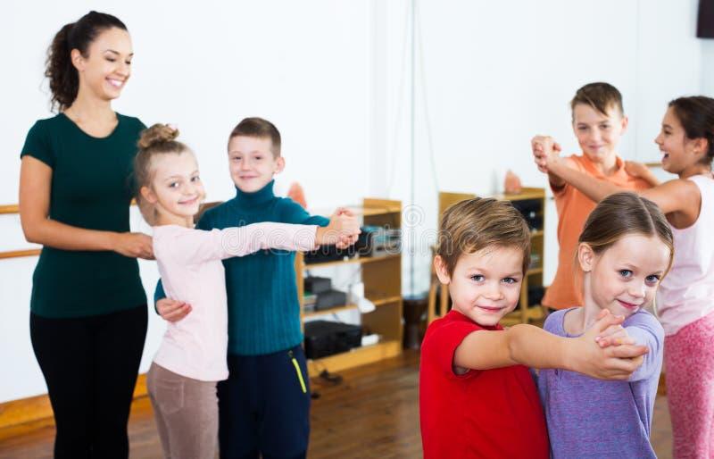 Niños que bailan danza de los pares imágenes de archivo libres de regalías