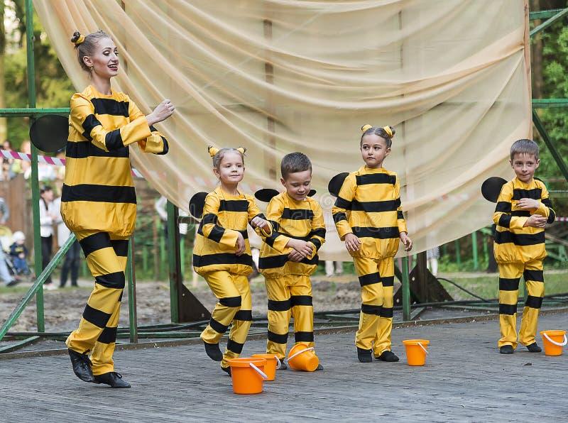 Niños que bailan en abeja del traje foto de archivo libre de regalías