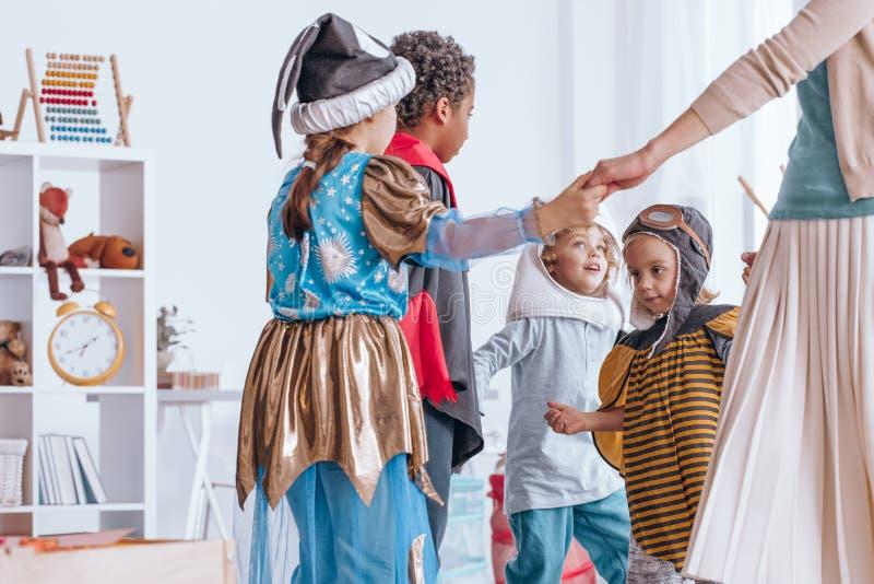 Niños que bailan en círculo foto de archivo libre de regalías