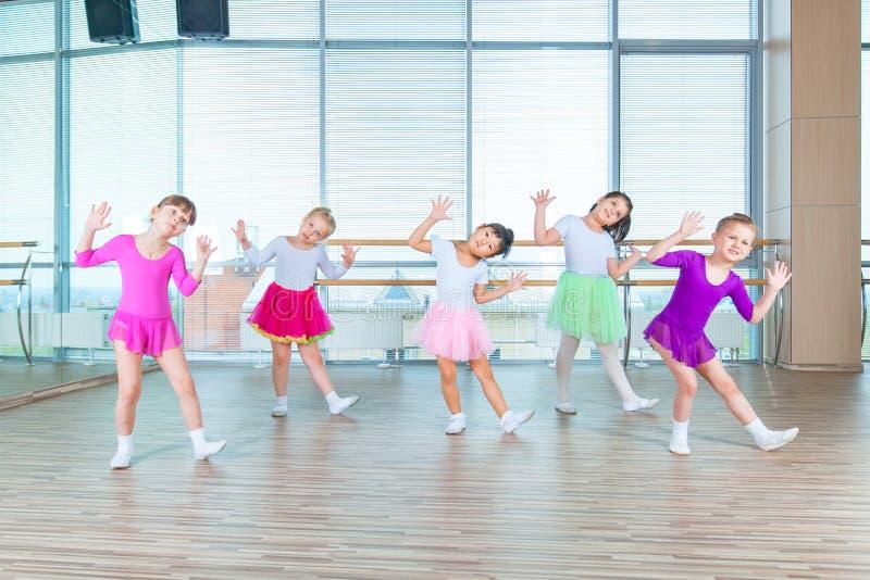 Niños que bailan en clase de la coreografía niños felices que bailan encendido en el pasillo, vida sana, clase togethern del niño fotos de archivo libres de regalías