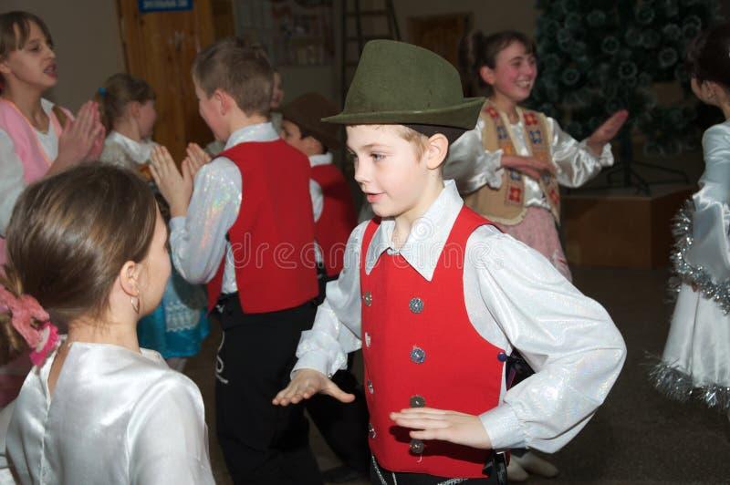 Niños que bailan la polca, uso editorial fotografía de archivo