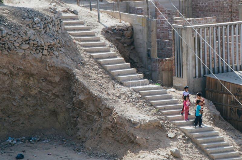 Niños que bajan de la colina foto de archivo libre de regalías