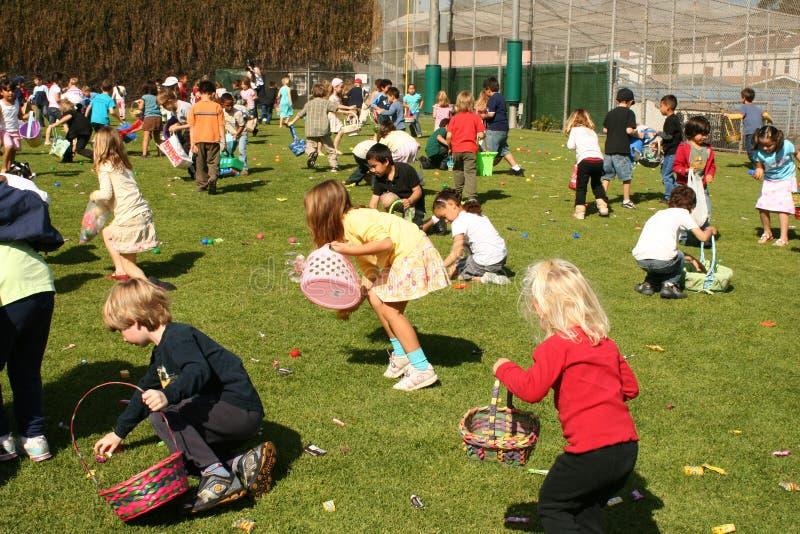 Niños que buscan los huevos de Pascua imagen de archivo libre de regalías