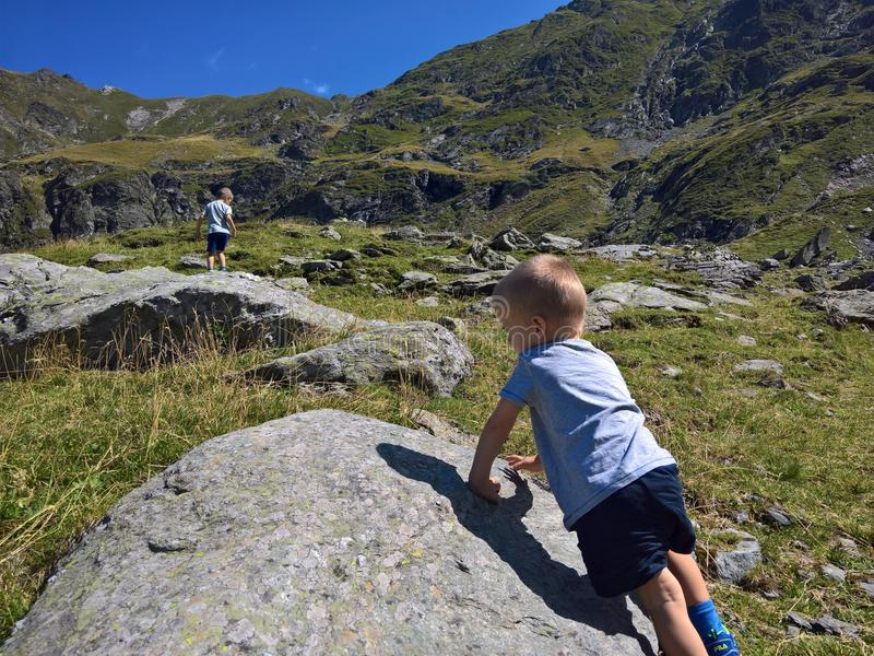 Niños que caminan en las montañas fotos de archivo