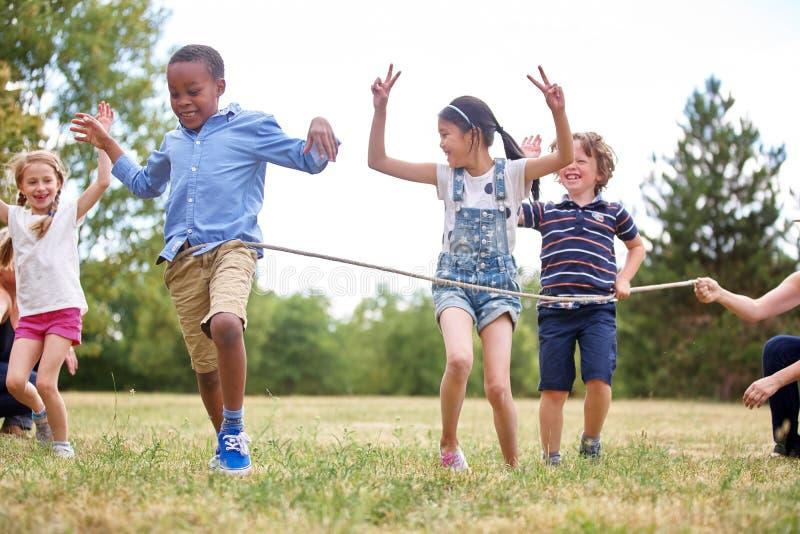 Niños que celebran en la meta imágenes de archivo libres de regalías