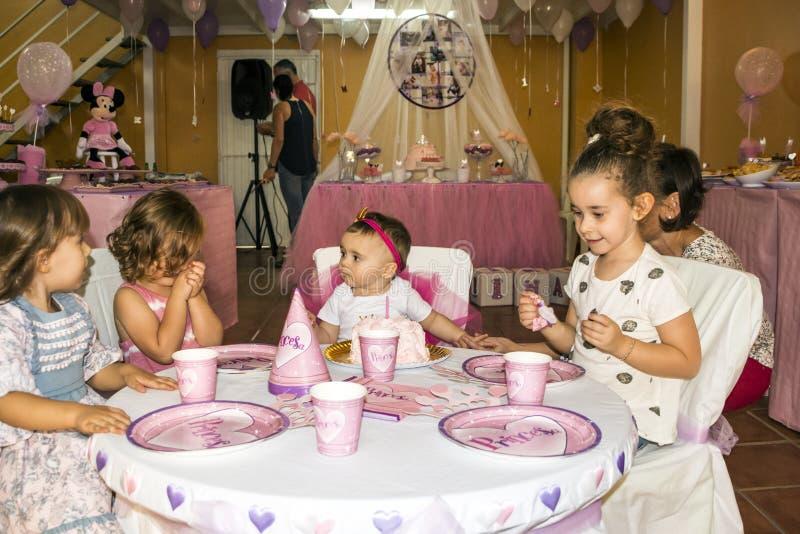 Niños que celebran una fiesta de cumpleaños imágenes de archivo libres de regalías