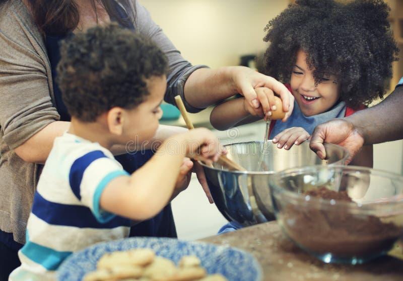 Niños que cocinan concepto de la cocina de las galletas de la hornada foto de archivo