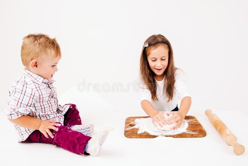 Niños que cocinan la panadería, amasamiento de la pasta fotos de archivo libres de regalías