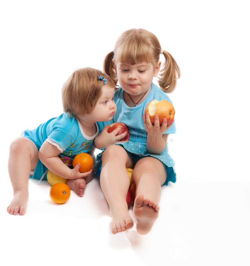 Niños que comen manzanas imagen de archivo libre de regalías