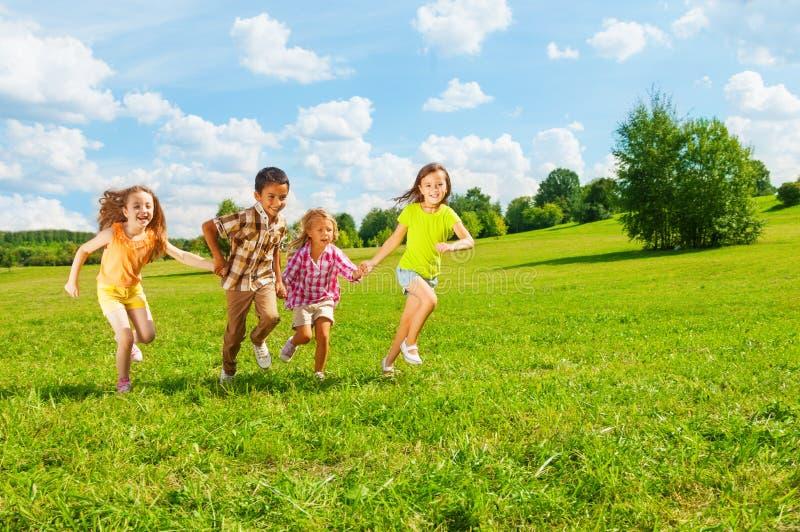Niños que corren en el parque junto fotos de archivo libres de regalías