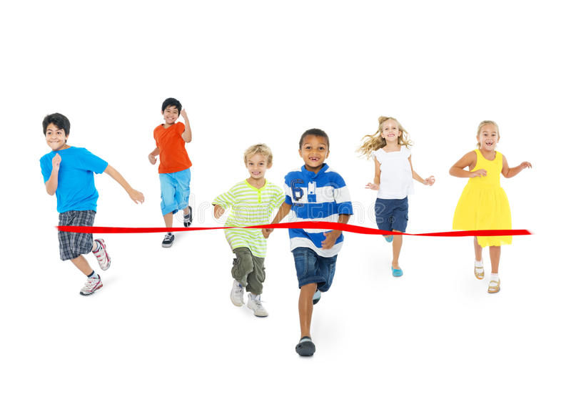 Niños que corren hacia la meta imagenes de archivo