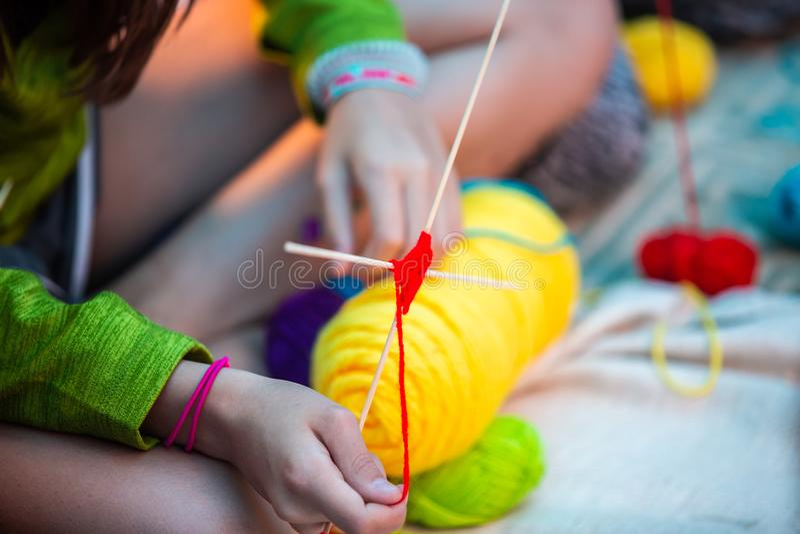 Niños que crean la mandala con diversos colores hechos a mano foto de archivo libre de regalías