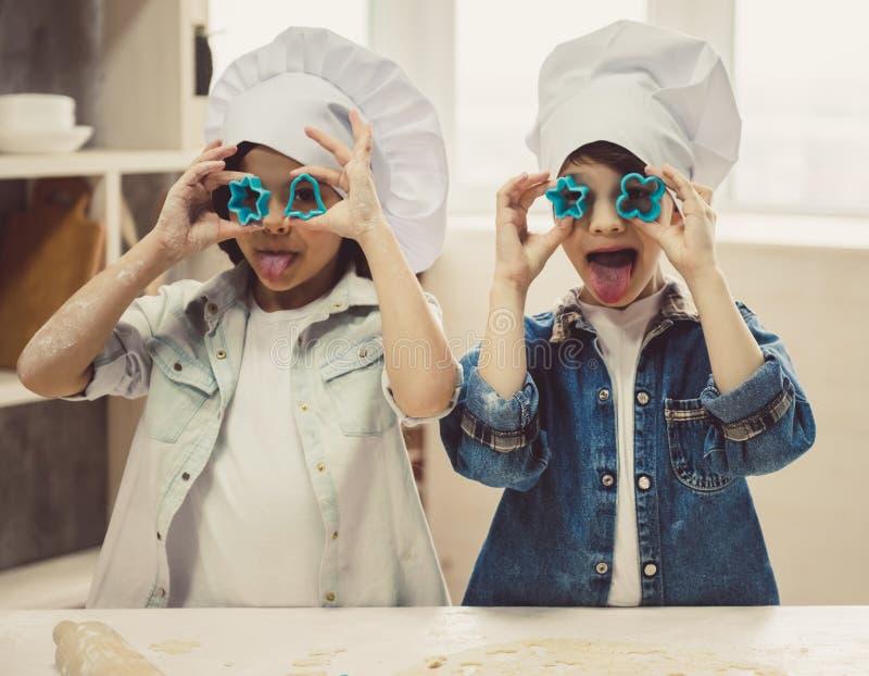 Niños que cuecen en cocina fotos de archivo libres de regalías