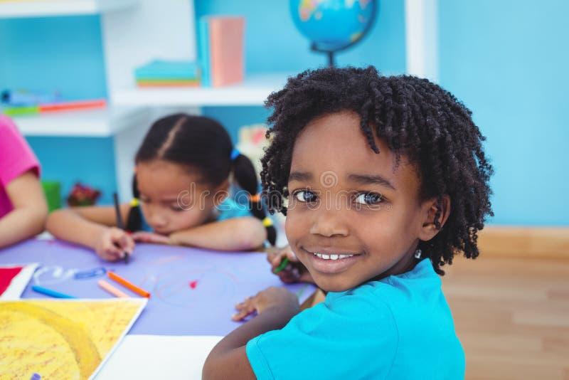 Niños Que Dibujan En El Papel Coloreado Foto de archivo - Imagen de ...