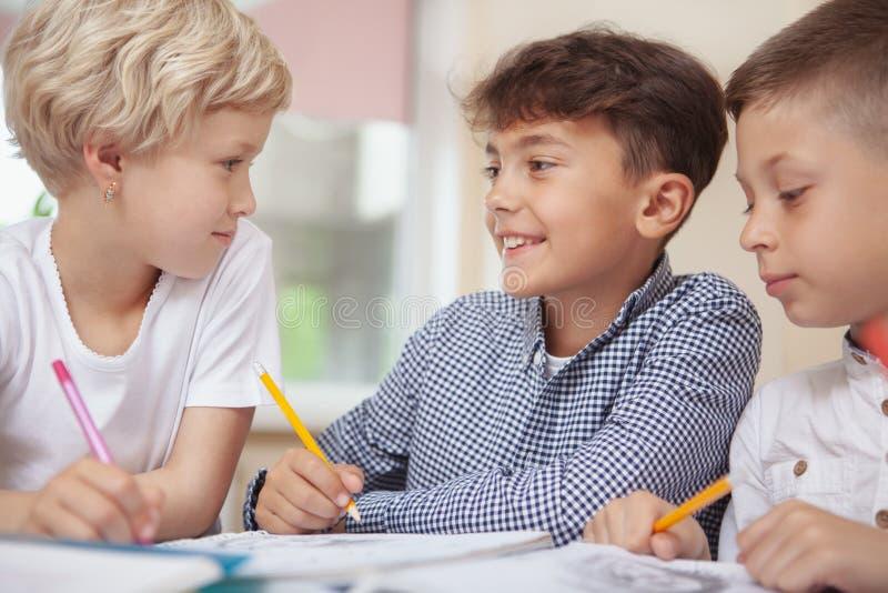 Niños que dibujan en la clase de arte de la escuela primaria foto de archivo libre de regalías