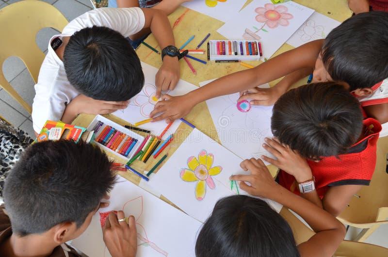 Niños que dibujan en taller del arte imagenes de archivo