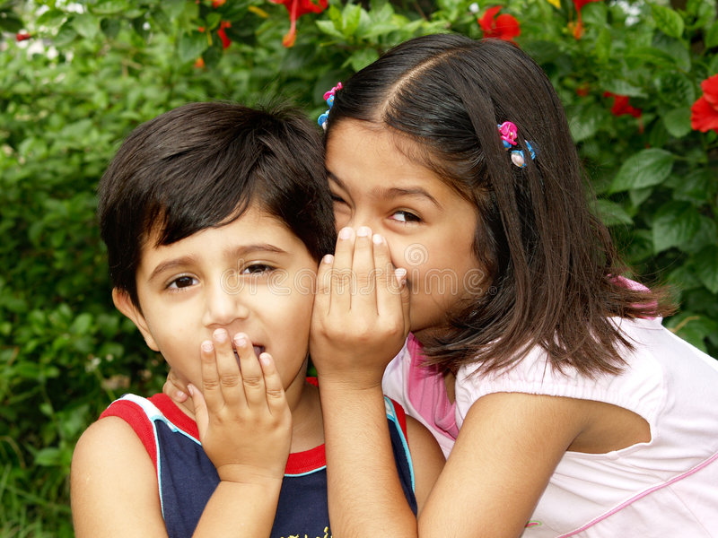 Niños que dicen secretos imagenes de archivo