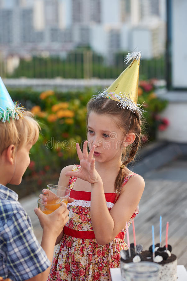 Niños que disfrutan de la fiesta de cumpleaños al aire libre fotografía de archivo