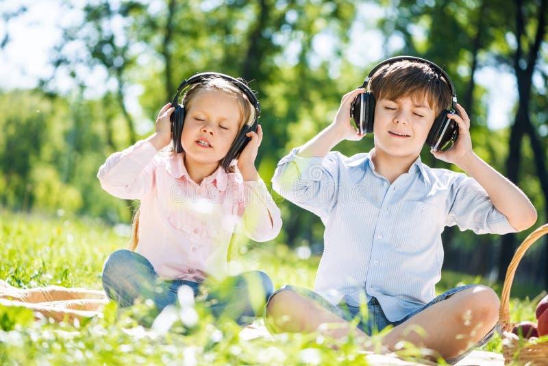 Niños que disfrutan de música imagenes de archivo
