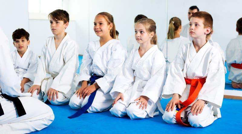 Niños que disfrutan de sus entrenamientos con el coche en el karate imágenes de archivo libres de regalías