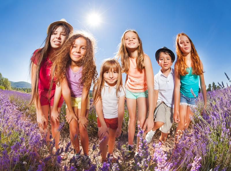 Niños que disfrutan del verano que se coloca en campo de la lavanda foto de archivo libre de regalías