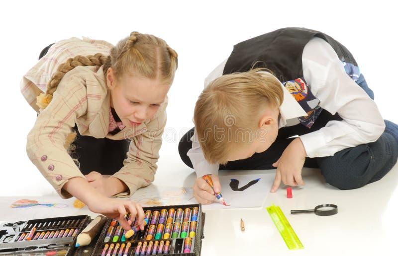 Niños que dibujan en piso imagen de archivo