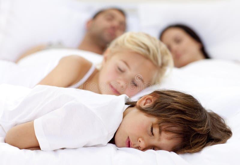 Niños que duermen con sus padres fotografía de archivo libre de regalías
