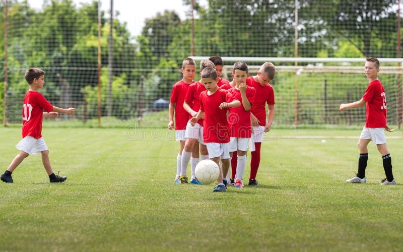 Niños que entrenan a fútbol imagen de archivo