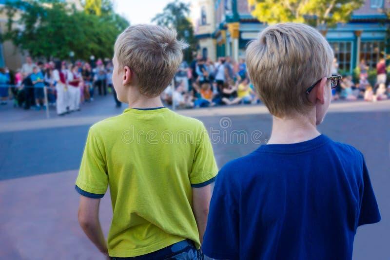 Niños que esperan y que miran para el desfile primer foto de archivo