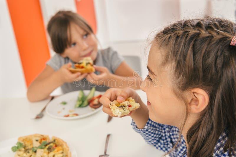 Niños que gozan de una comida deliciosa foto de archivo libre de regalías