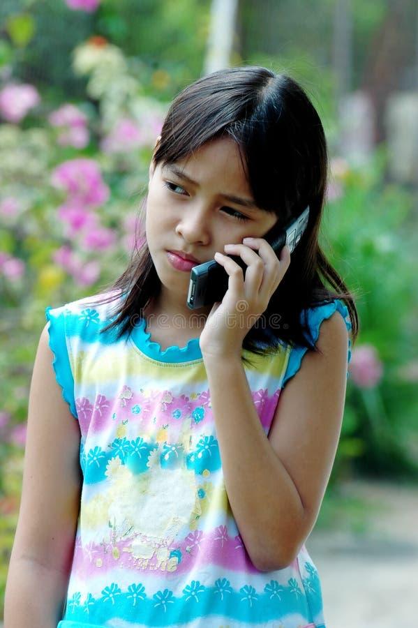 Niños que hablan con el teléfono fotos de archivo