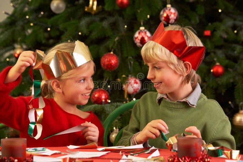 Niños que hacen decoraciones de la Navidad juntas fotos de archivo libres de regalías