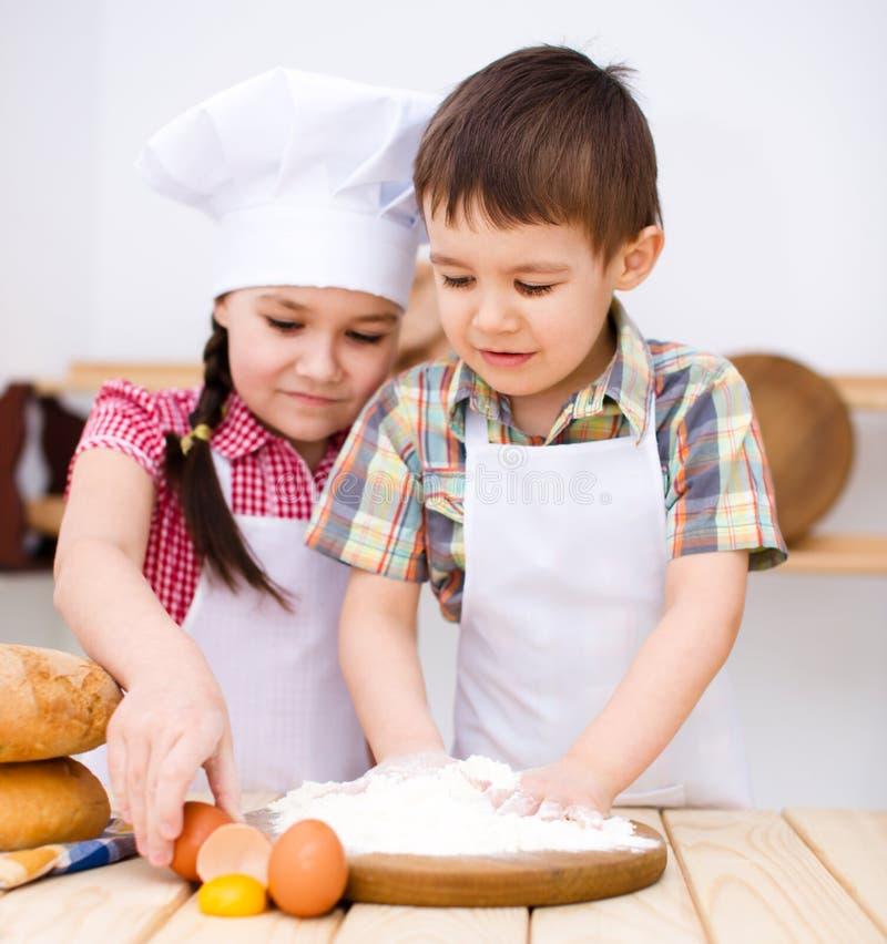 Niños que hacen el pan imagenes de archivo
