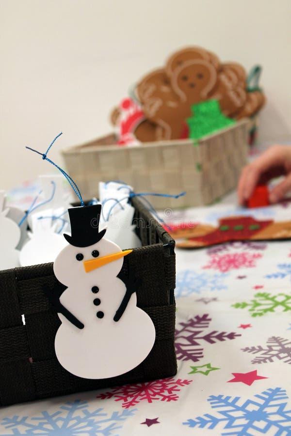 Niños que hacen los ornamentos del arte de la Navidad fotos de archivo