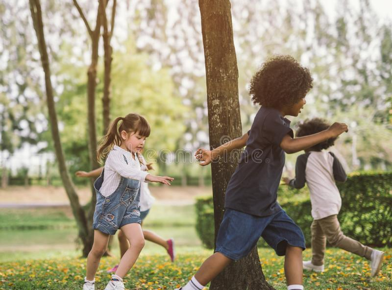 Niños que juegan al aire libre con los amigos fotos de archivo libres de regalías