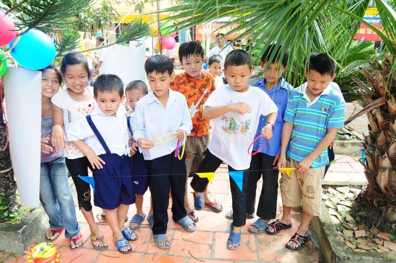 Niños que juegan al juego en la escuela en Vinhlong, Vietnam imagen de archivo
