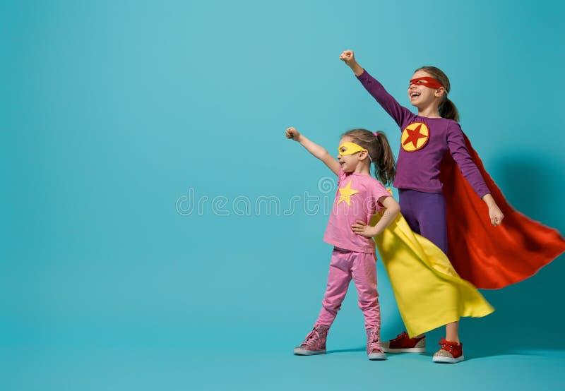 Niños que juegan al super héroe foto de archivo