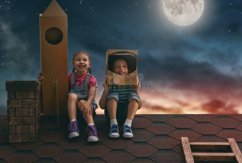 Niños que juegan a astronautas fotografía de archivo
