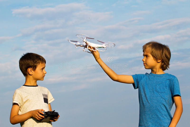 Niños que juegan con el abejón al aire libre foto de archivo