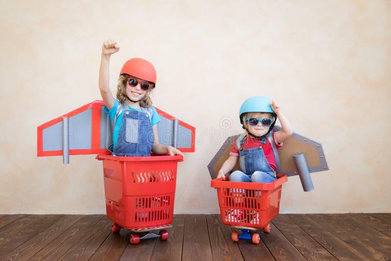Niños que juegan con el paquete del jet en casa fotografía de archivo libre de regalías