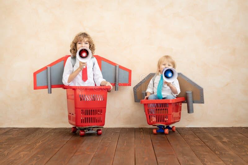 Niños que juegan con el paquete del jet en casa fotografía de archivo