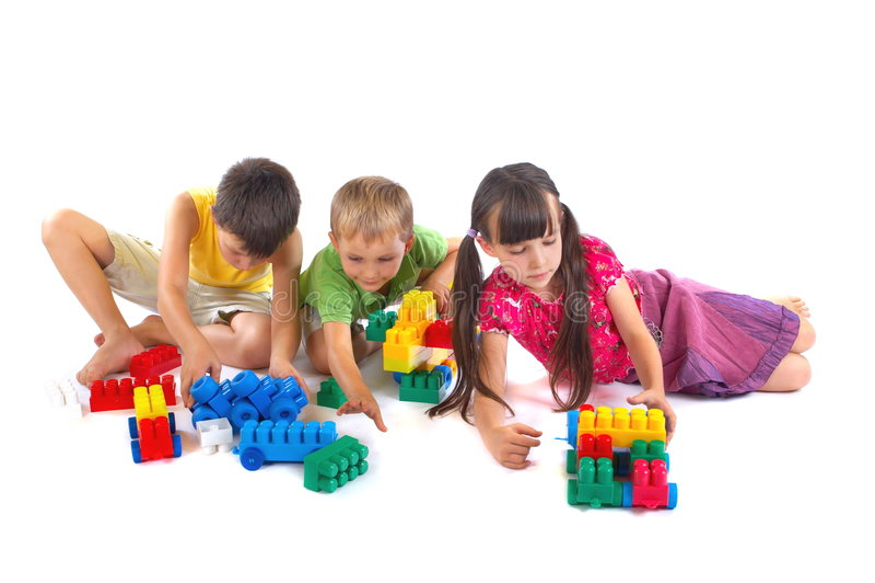 Niños que juegan con los bloques