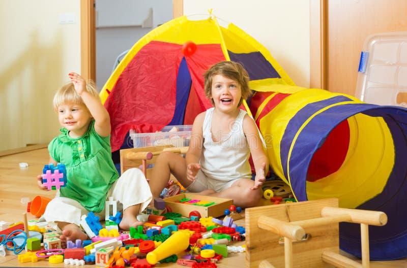 Download Niños Que Juegan Con Los Bloques Imagen de archivo - Imagen de persona, indoor: 44851623