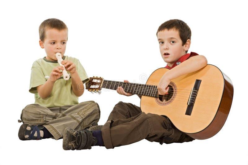 Niños que juegan con los instrumentos fotografía de archivo