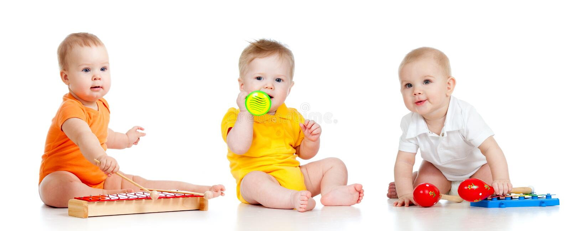 Niños que juegan con los juguetes musicales imagenes de archivo